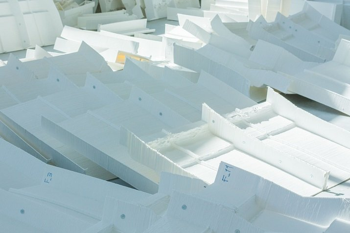 Detail of set pieces fabricated in white PLA on a 3D printer. Source: WASP