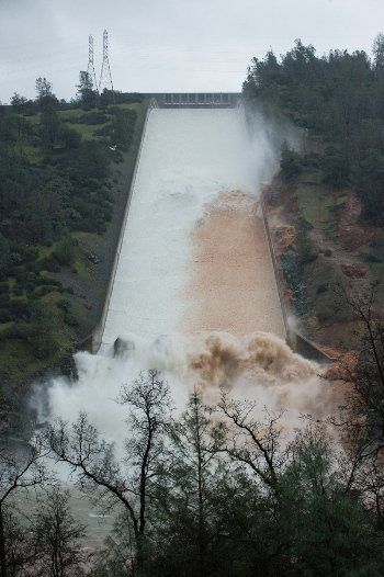 Water flowing down the spillway on Feb. 7, 2017. Credit: Kelly M. Grow/Calif. DWR