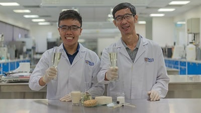 Associate Professor Liu Shao Quan (right) and PhD student Mr. Chua Jian Yong (left) successfully turned tofu whey into a tasty alcoholic beverage that they named Sachi. Source: NUS