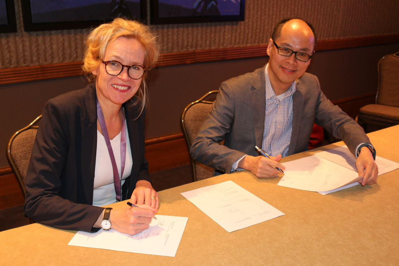 Dr. Anka Mulder from TU Delft University and a colleague, sign the agreement. Source: TU Delft