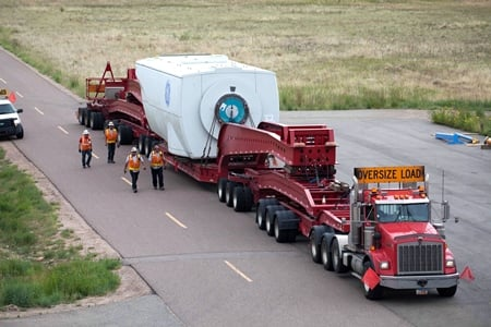 A specially configured truck carries a GE 2.75MW turbine weighing more than 96 tons. Credit: NREL